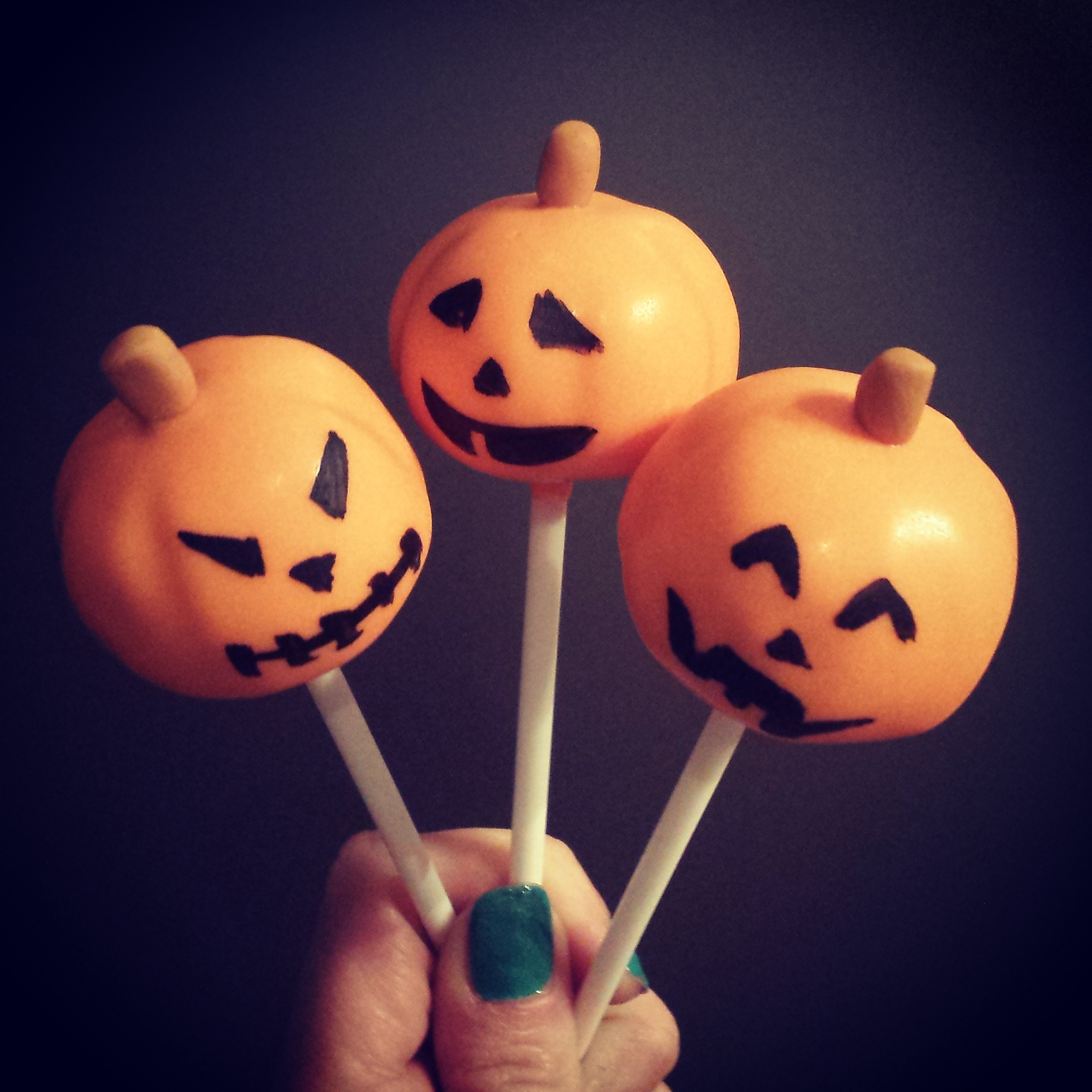Delish Halloween pumpkin cake pops